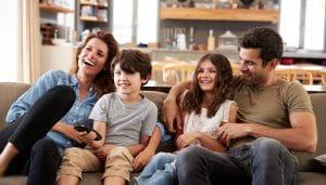 Sebuah Keluarga Inggris di Rumahnya Menonton Televisi