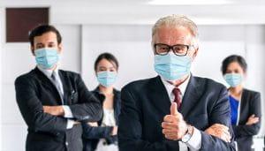 Anggota Perusahaan Memakai Masker