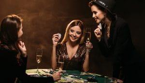 Tiga Wanita Bermain Poker dan Minum Sampanye